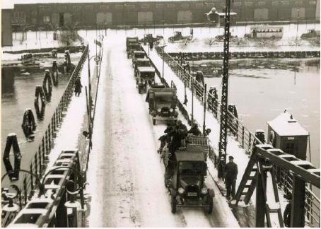 Gamla Hisingsbron, byggd på 1870-talet, hade tre meter i segelfri höjd. Broöppningarna blev många och köerna långa när bilismen växte fram i början av 1900-talet.
