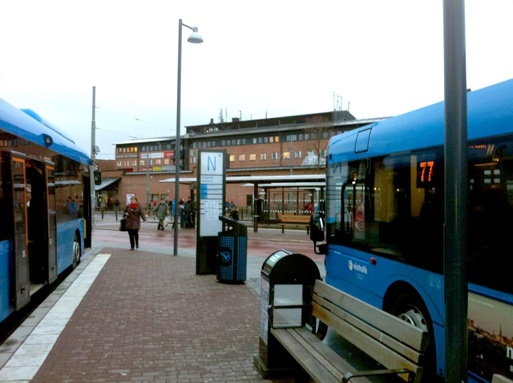 Tak över spårvagnshållplatserna i bakgrunden. Inget skydd alls för dem som väntar på buss.