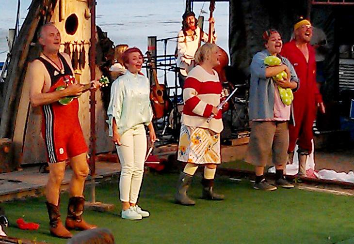 Ensemblen, minus shejken, från vänster till höger: Harald Treutiger, Martina Jakobsson, Åsa Gustafsson, Tove Wireen, Henrik Wallgren.