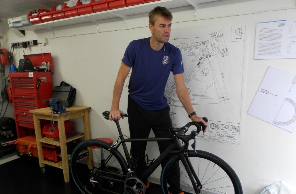 Klas Johansson sitter, så att säga, på två cyklar, även ombara en syns på bilden. Foto: Willy Berglund