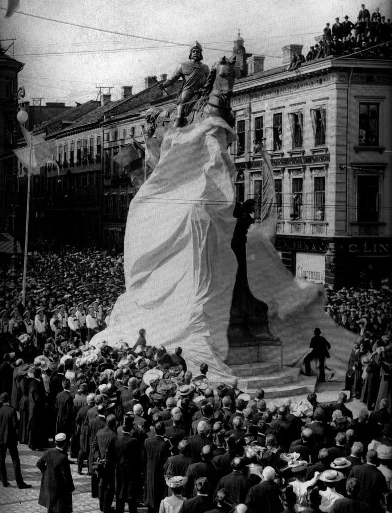Karl IX-statyn avtäcks i september 1904. Från början stod den mitt i Östra Hamngatan och flyttades av trafikskäl till sin nuvarande plats 1936.