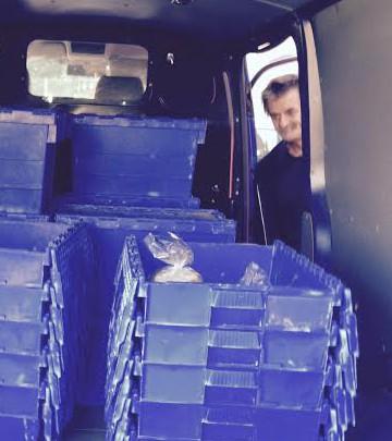 Thomas Magnusson hjälper till att fylla backarna med bröd, bullar och tårtor