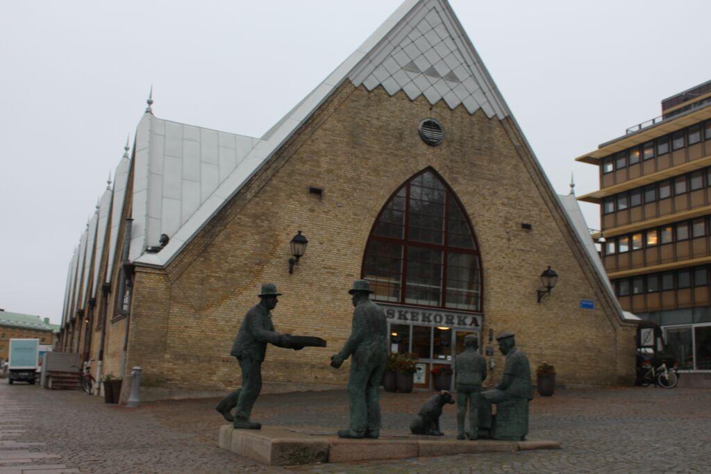 Feskekörka sedd från ingången som vetter mot öster. Det har sålts fisk på platsen sedan mitten av 1800-talet då Stora Torget bytte namn till Gustav Adolfs Torg.