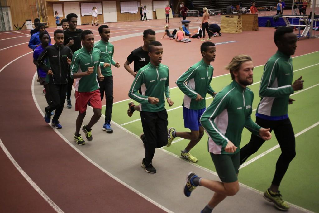 På språng mot framgångarna. Utby IK:s stora löpargrupp tar fart i Friidrottens Hus.