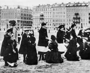 Sällskapet för friluftslekar 1910. I bakgrunden Engelbrektsgatan.