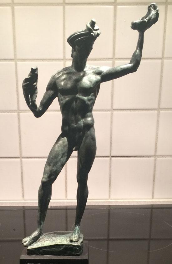 Förutom medalj (se stora bilden) får varje belönad person en sådan här statyett.