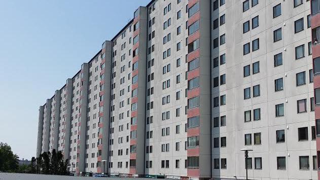 Huset byggdes 1955 - 1960 och var på sin tid det största hyreshuset i norra Europa. Huset har 458 lägenheter, där bor 929 personer i nio trappuppgångar och 13 våningar. I fastigheten finns också några affärs-/företagslokaler.