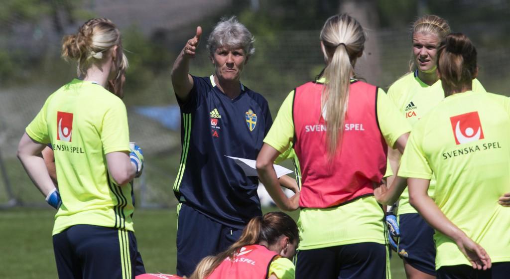 Harmoni, samförstånd och förväntan lyser om landslaget när det samlas runt Pia Sundhage. Foto: Per Wissing