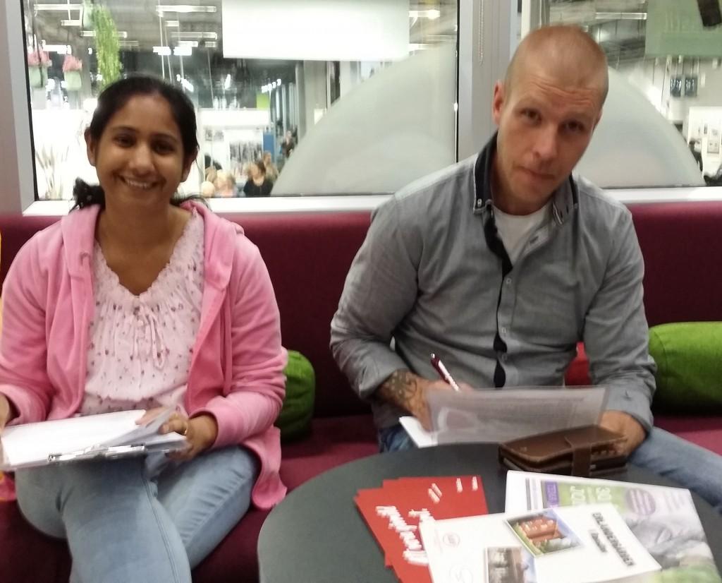 Sonia Kalra och Jonas Stanislaus fyller i sina uppgifter innan de blir testade i Blodmobilen.