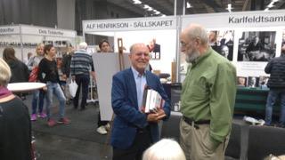Två Spionenredaktörer i samspråk på Bokmässan. Lars-Åke Engblom till vänster som berättade om Götheborgs Spionens allra första år och som basade för tidningen för 50 år sedan. Han efterträddes av Kjell Fredriksson till höger.
