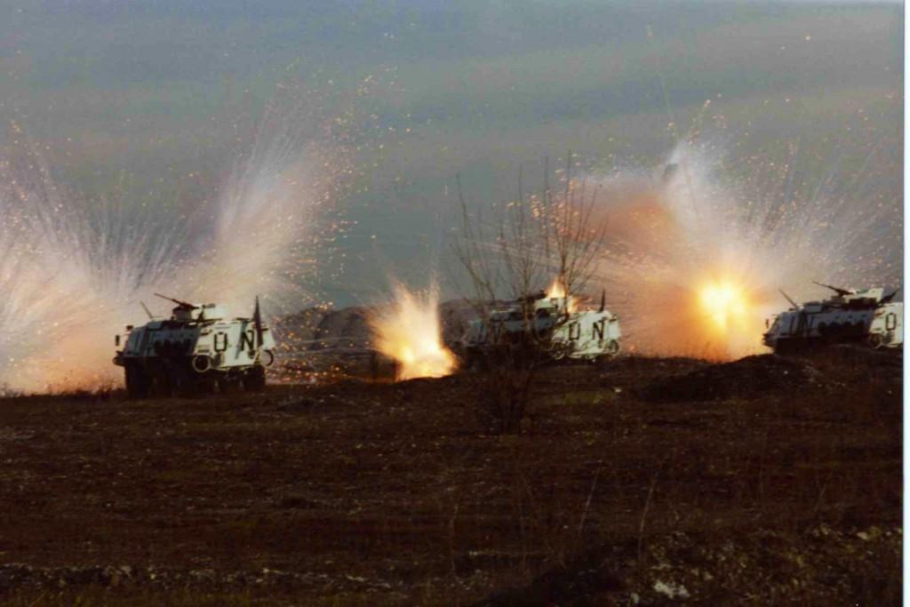 De svenska pansarskyttevagnarna utsatta för intensiv granatbeskjutning. Foto: Jonas Andersson.