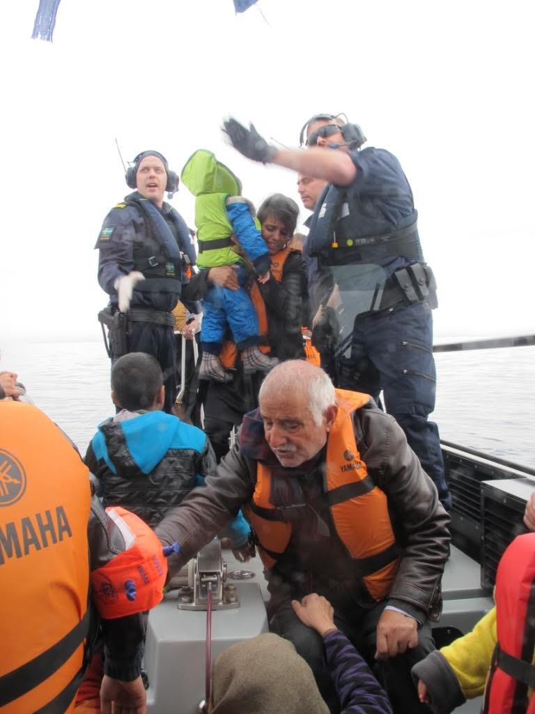 En av Kustbevakningens båtar anländer till hamn fullastad med räddade flyktingar. Foto: Kustbevakningen.