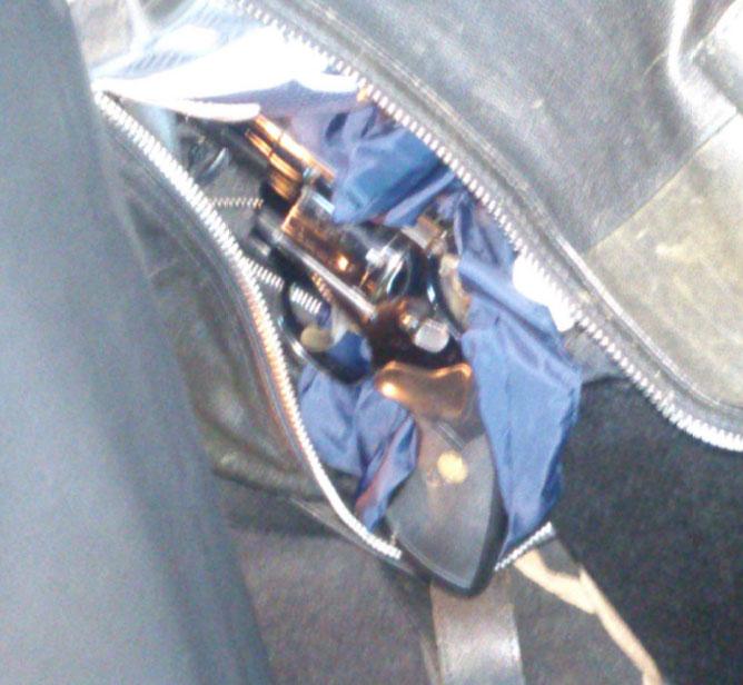 Revolvern i bilen. Foto: polisen