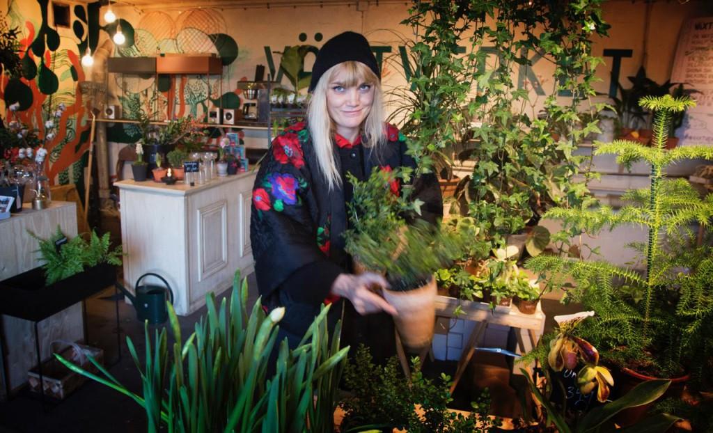 Växtverket var bland de första som startade i april 2016. Lisa Carlsson öppnade butiken på vinst och förlust efter ett tips från en kollega insatt i stadsutveckling. När rivningskontraktet upphör hoppas hon att ha byggt upp verksamheten så pass att hon klarar en marknadshyra. Foto: Perwissing. Klicka på bilderna för att förstora!