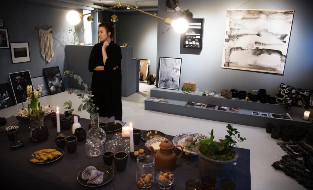 """Lekiosk är i första hand en nätbutik. Från att bara ha haft 20 kvadrat i Linnéstan hyr nu Nanna van Berlekom en fyra gånger större lokal i Fixfabriken. I den fysiska butiken säljer hon inredningsdetaljer, lite kläder, fotografier och framför allt försöker hon hitta unika """"rättvisetillverkade"""" varor från hela världen."""