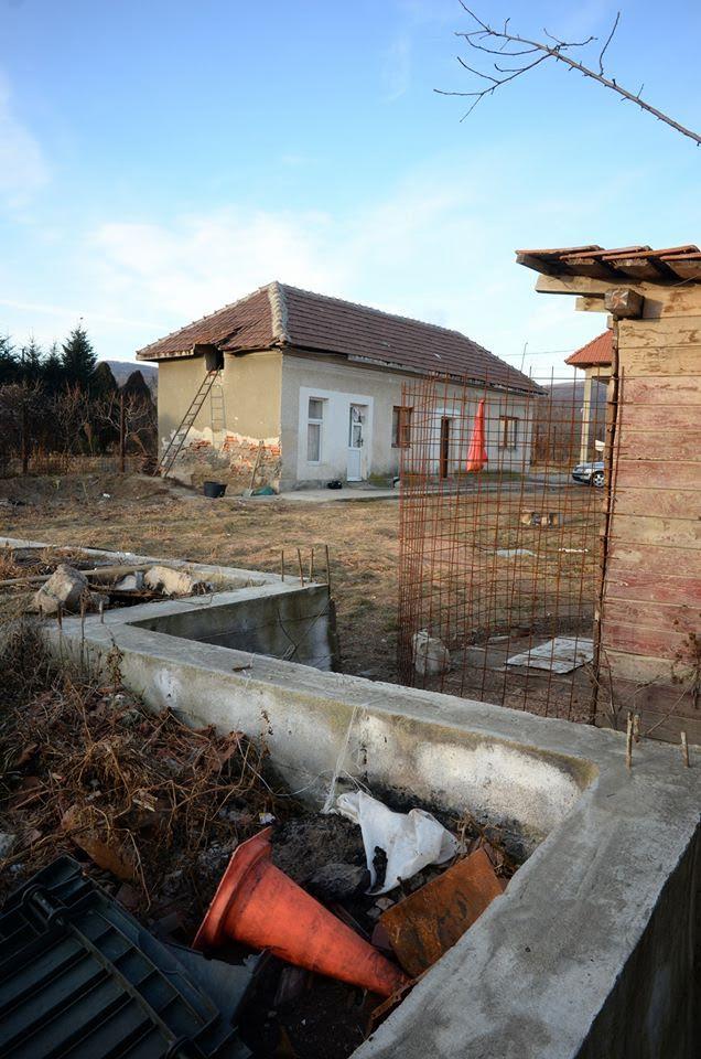 Familjebostad. 60 kvm för 10 personer. Inget varmvatten, utedass.