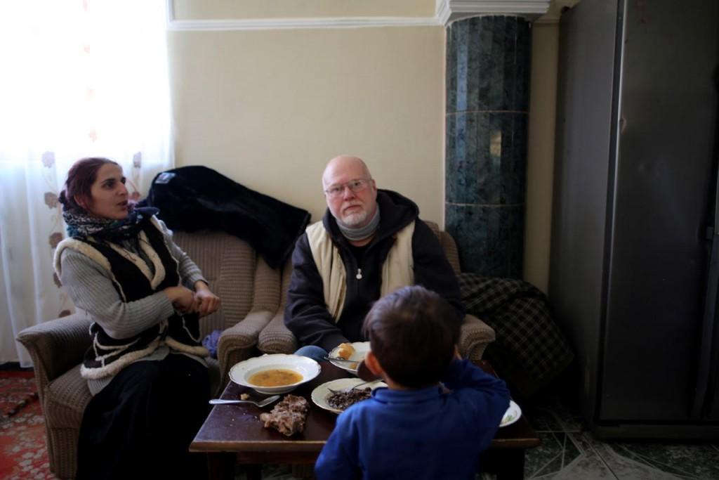 Hemma hos Adela i Ramnicu Vulcea. - Vi kommer på att vi båda älskar att doppa brödet i soppan. Hon mest för att hon inte kan bita i brödet utan att riskera förstöra tänderna, berättar Joakim Roos.