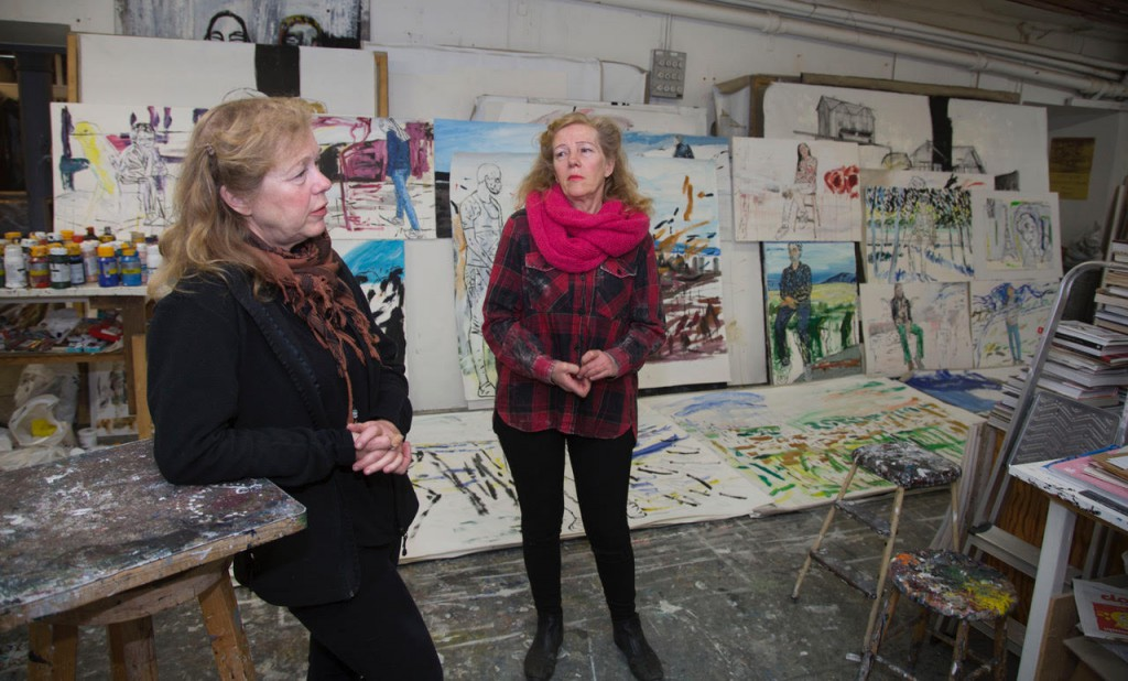 Anna (t v) och Margareta bland sina tavlor, varav en del är så stora att de knappast går ut genom dörren.