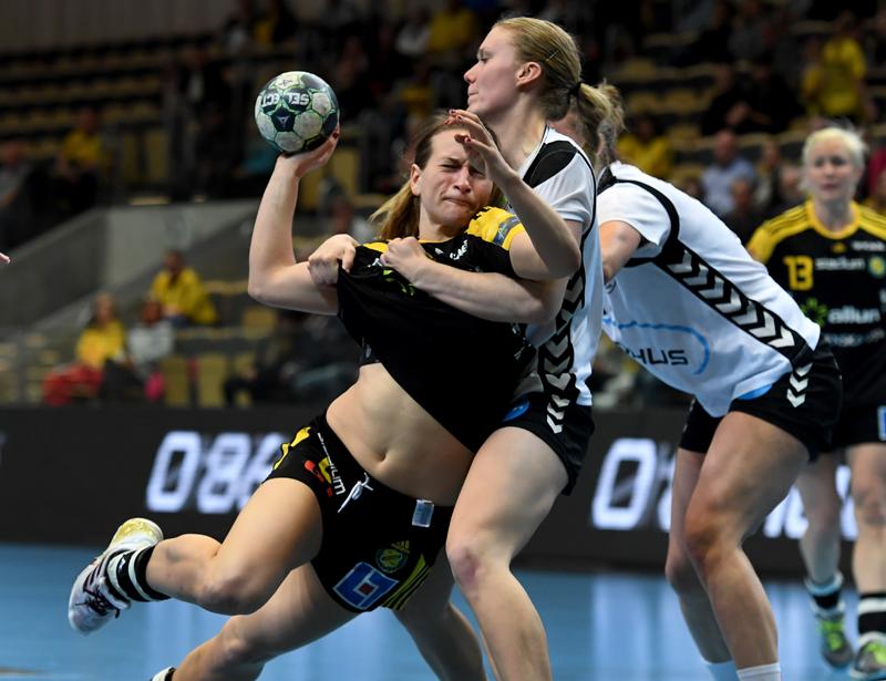 Sävehofs lagkapten Elin Enhörning i kamp med Heidförsvaret under slutspelet. Bild: Tommy Holl