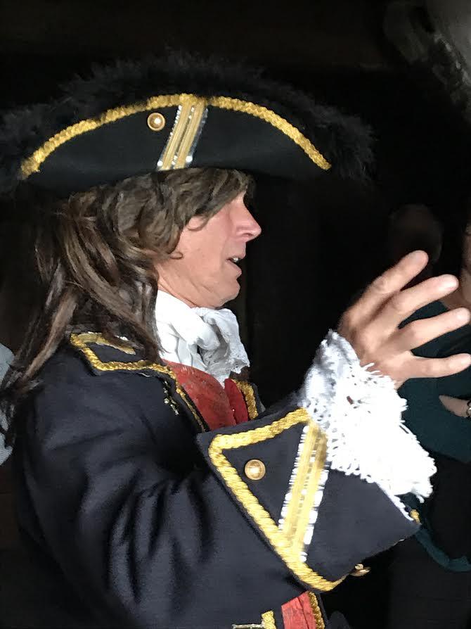 James Holm, utklädd till kaparkaptenen Lars Gathenhielm. Lasse i Gatan arbetade på uppdrag av regeringen med fartyg med örlogsflagg.