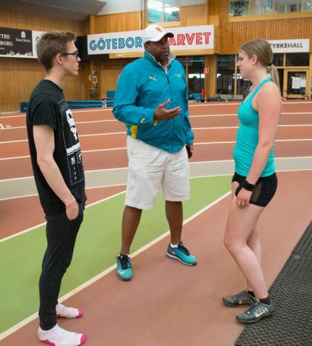 Viktoria resonerar med ledsagaren Magnus Balander och tränaren Jeremy Pryce.