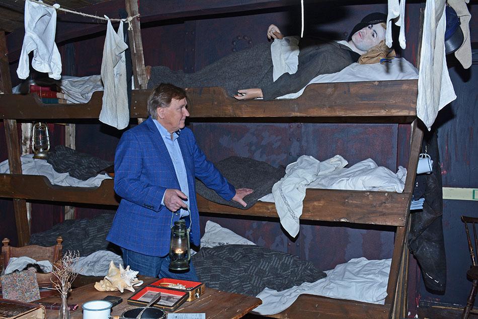 Roger Bodin visar sovbritsar på båt från Göteborg till England