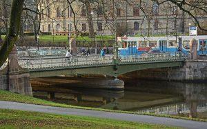 Vasabron med spårvagn och människor