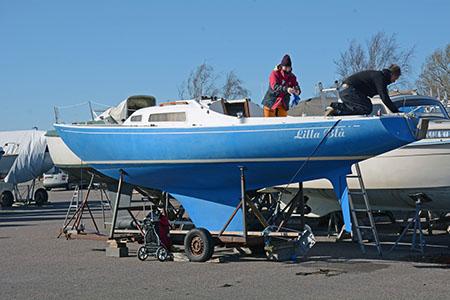 Segelbåten LIlla Blå på land