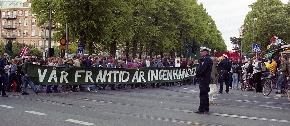 Demonstranter på EU-toppmöte med stor banderoll