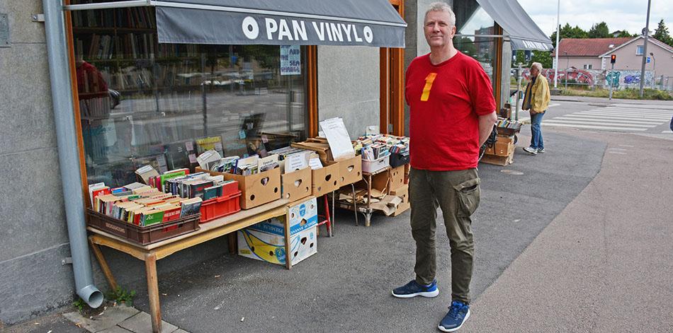 Kenneth Sandström utanför sin butik.