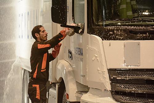 Tvättansvarige Mohammed kollar maskinens jobb.