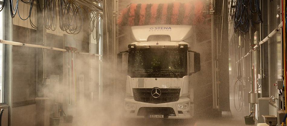 Lastbil i ny tvätt på Stigs Center