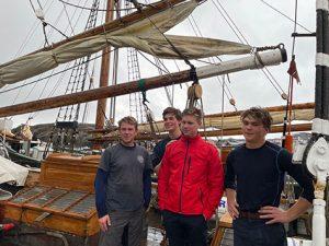 Fyra unga skutseglare i Skärhamn